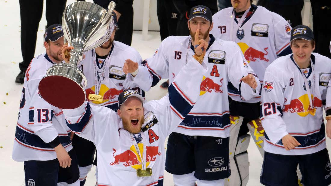 Toni Söderholm (vorne) ist mit dem EHC Red Bull München 2016 Meister geworden.