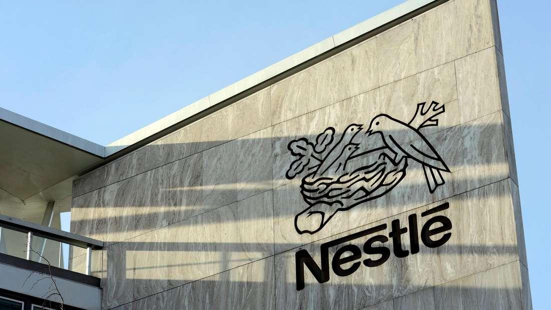 Das Nestlé-Logo auf einer Wand an der Konzernzentrale in Vevey, Schweiz