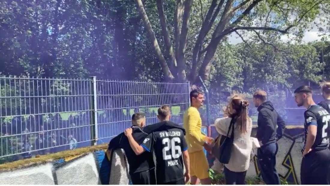 Die Waldhof-Fans feiern Markus Scholz (3. v.l.)