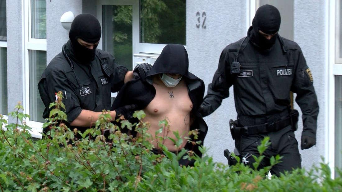 Bei einer Razzia in insgesamt 25 Objekten im Rhein-Neckar-Raum hat die Polizei, wie hier in Eppelheim, Verdächtige festgenommen.