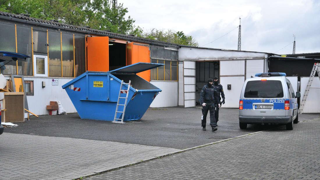 Vermummte Einsatzkräfte durchsuchen eine Lagerhalle in Neu-Edingen.