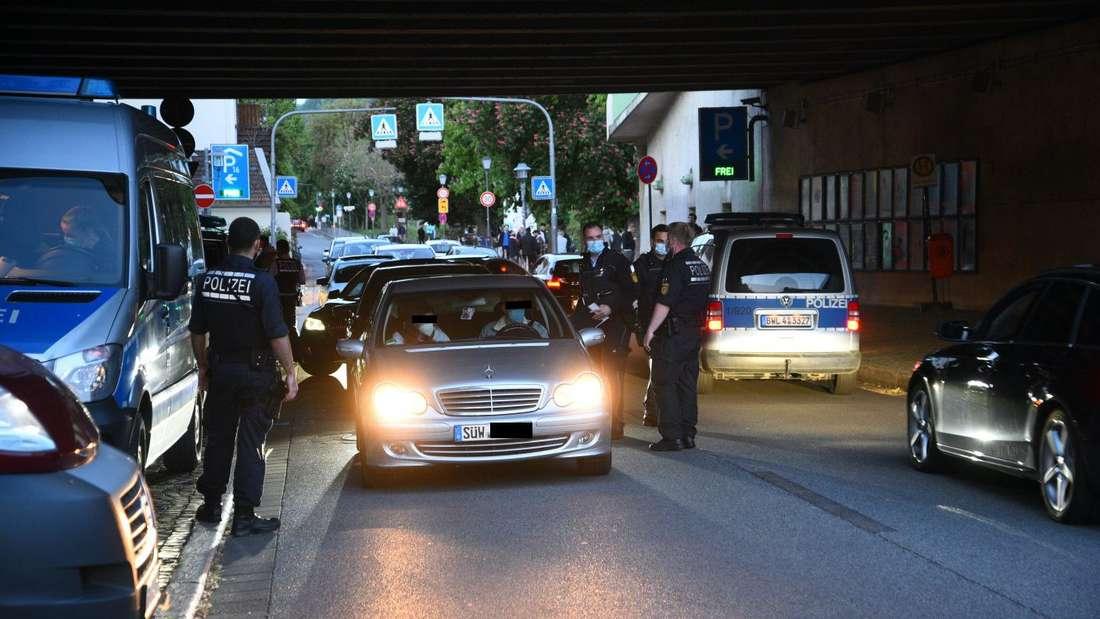 Polizeikontrolle unter der Theodor-Heuss-Brücke an der Neckarwiese in Heidelberg-Neuenheim an Pfingsten.