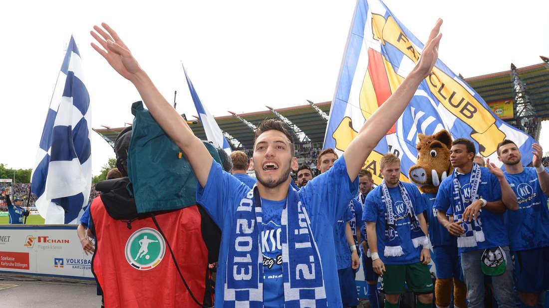 Hakan Calhanoglu feiert mit dem Karlsruher SC den Aufstieg in die 2. Bundesliga.