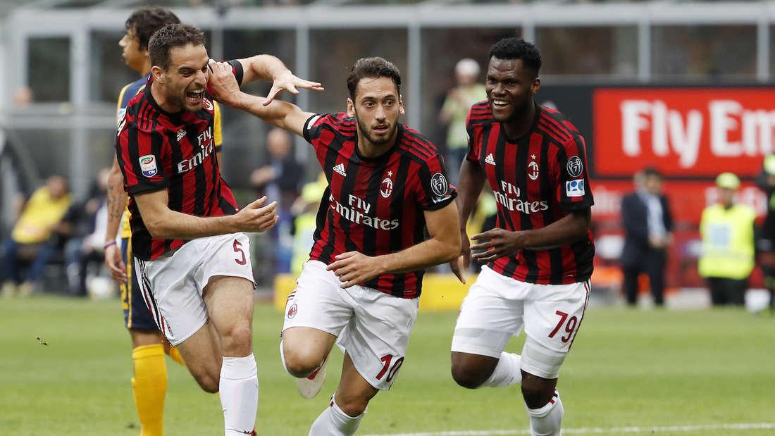 Hakan Calhanoglu (M.) jubelt im Trikot der AC Mailand.