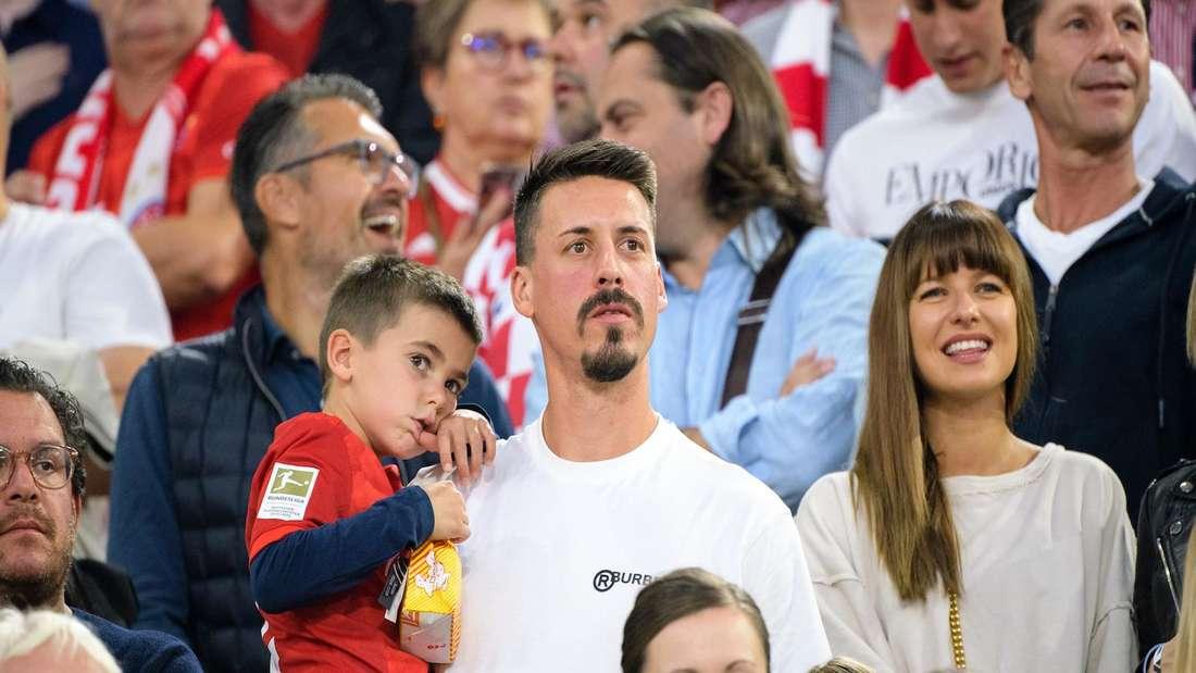 Sandro Wagner 2019 mit seiner Familie bei einem Spiel des FC Bayern.