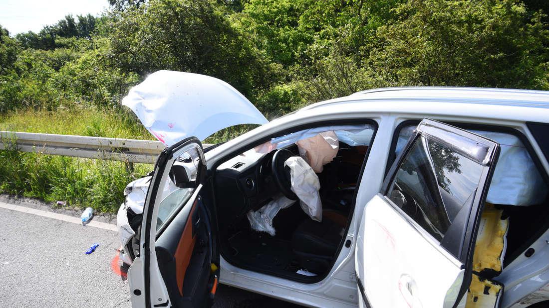 Bei dem Unfall auf der K4250 zwischen Ketsch und Schwetzingen wurden beide Fahrerinnen schwer verletzt.