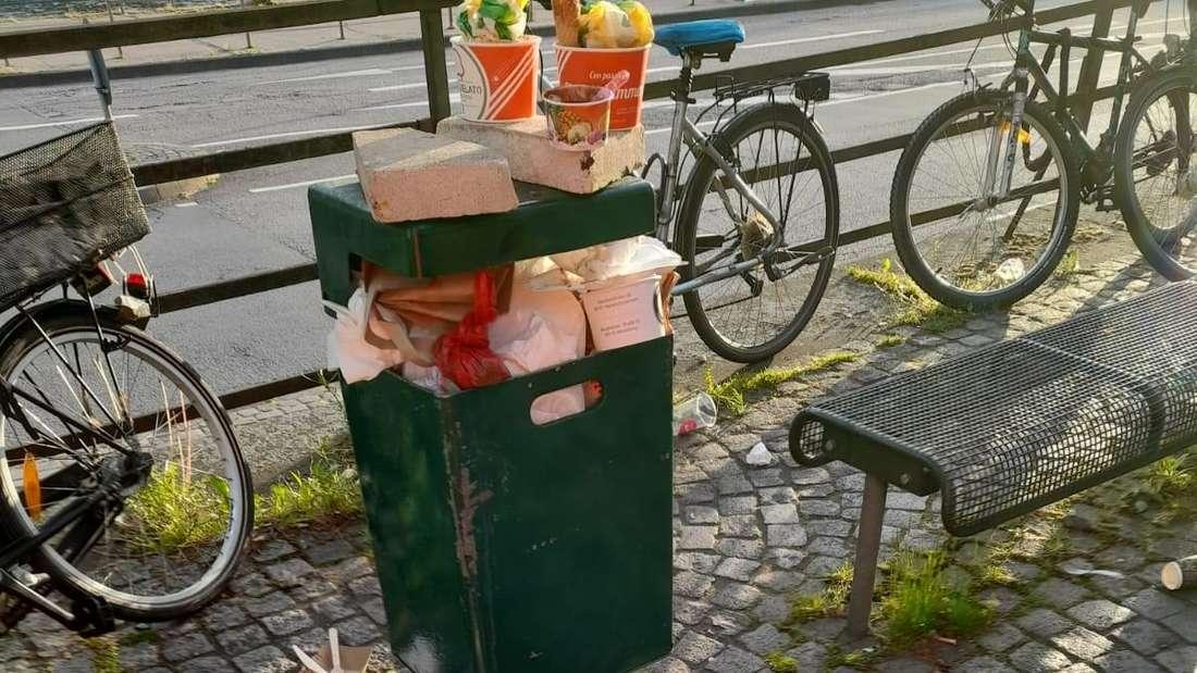 Kein schöner Anblick, und so sieht es aktuell leider an vielen Stellen in Heidelberg aus: Plastik- und Styroporverpackungen, Pizzakartons und Eisbecher, Einweg-Kaffeebecher und Tüten.