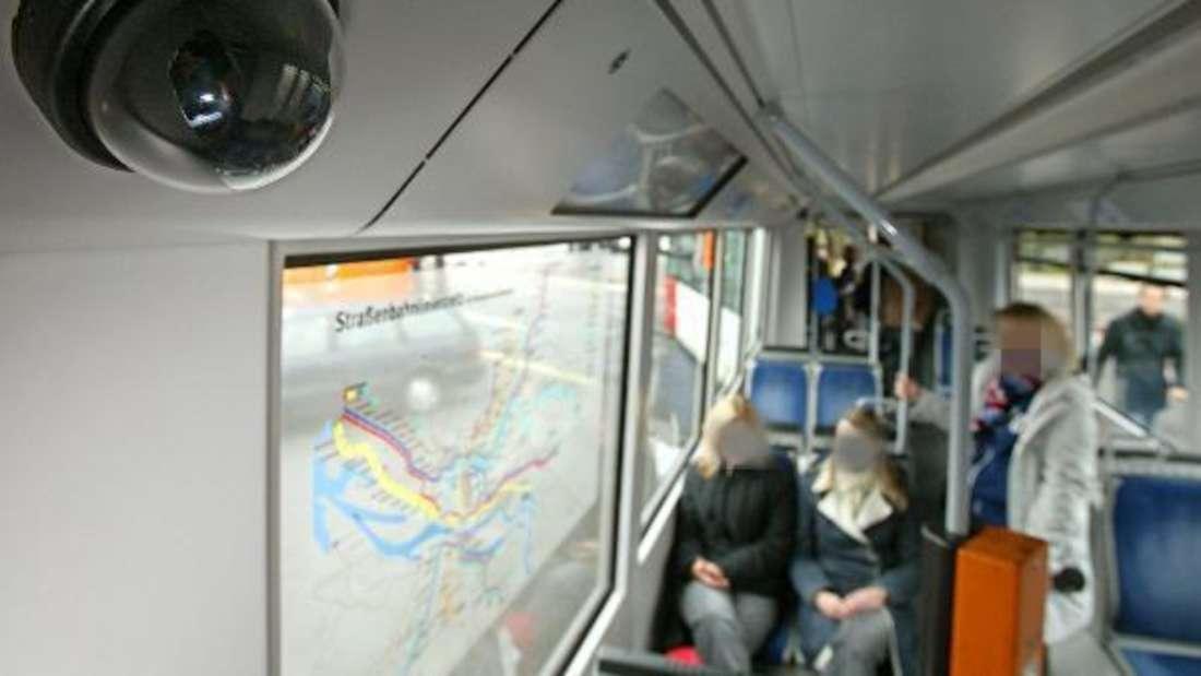 Ein Mann masturbierte in der Straßenbahn in Bremen vor zwei jungen Mädchen (Symbolbild)
