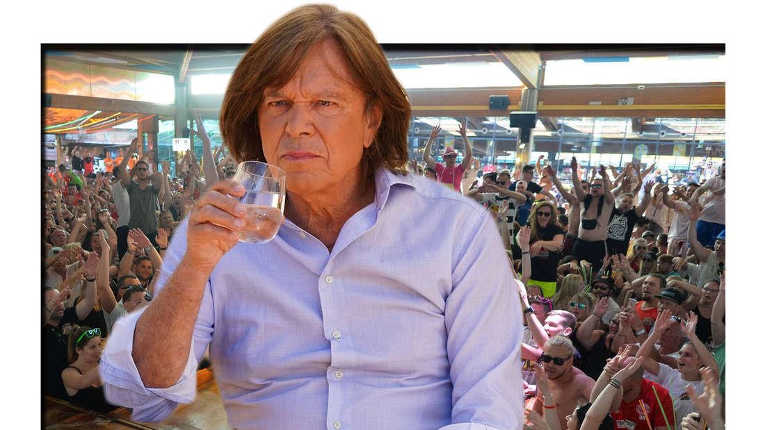 Jürgen Drews sitzt gelangweilt mit einem Glas in der Hand, im Hintergrund ein Mallorca-Publikum (Fotomontage)