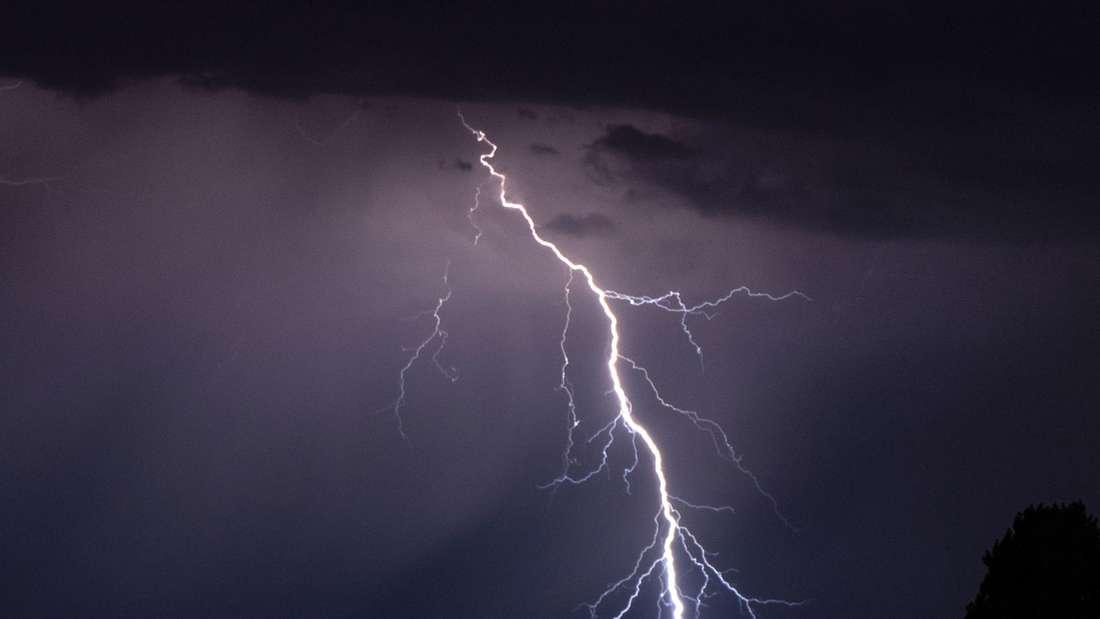 Blitze entladen sich während eines Gewitters