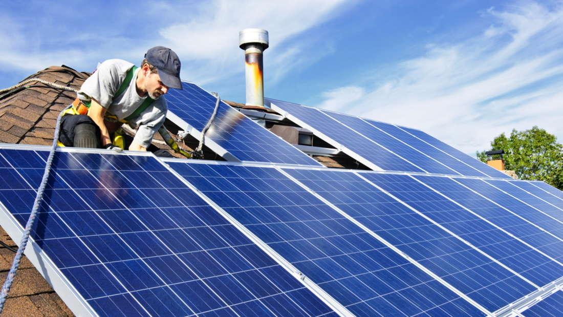 MVV Energie AG Solarpanel:  Installation auf einem Dach.