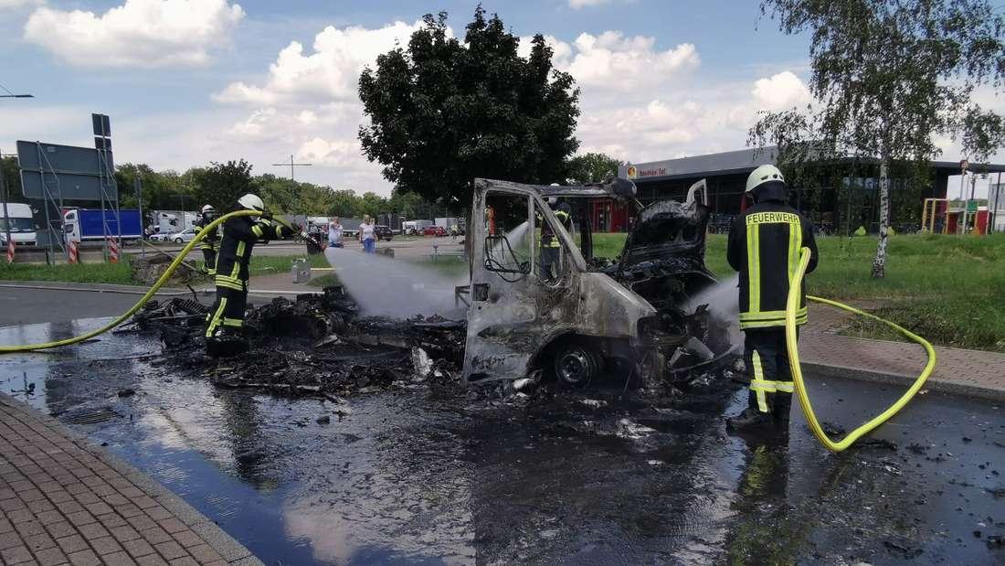 Nur noch ein Haufen Schutt ist von diesem ausgebrannten Wohnmobil auf einem Rasthof an der A5 übrig.