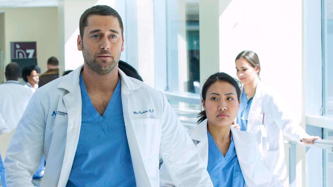 """Die Schauspieler Ryan Eggold und Christina Chang in der Serie """"New Amsterdam""""."""