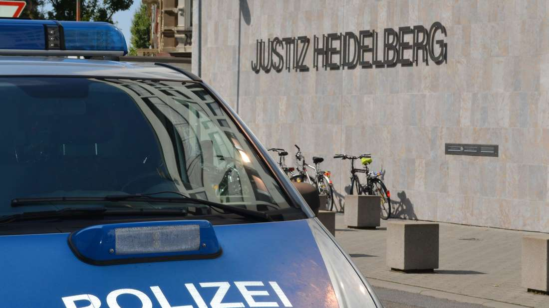 Ein Polizeiauto steht in Heidelberg vor dem Gerichtsgebäude.