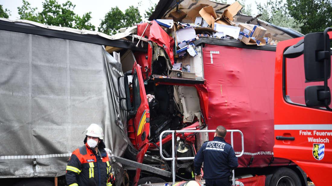 Feuerwehrmänner bei der Bergung des eingeklemmten Fahrers nach dem Lkw-Unfall auf der A6.