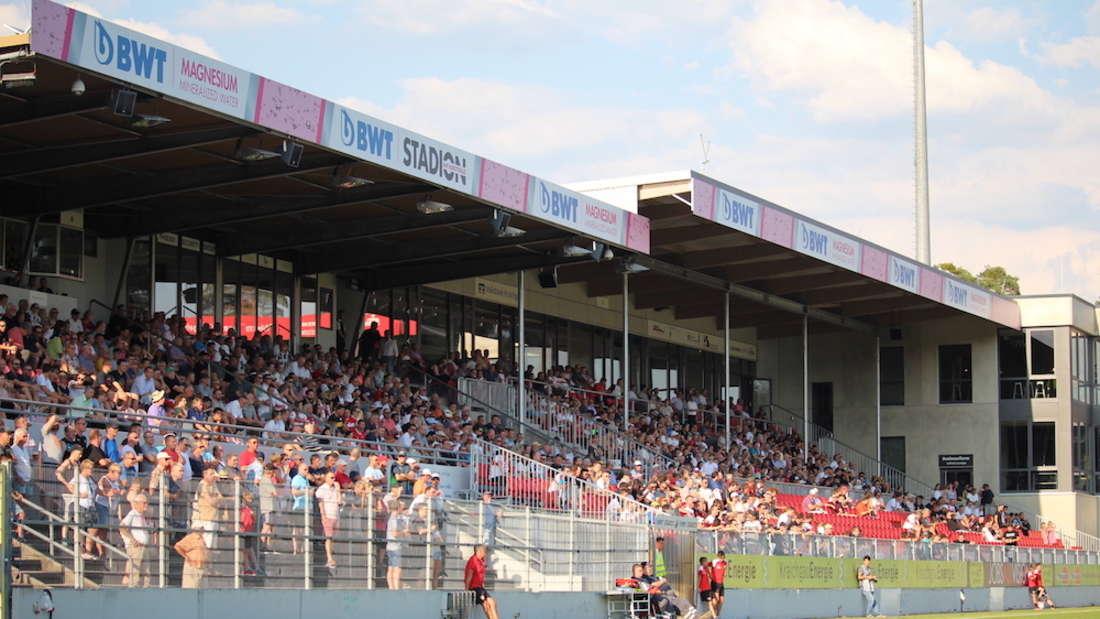 Der SV Sandhausen trägt seine Heimspiele im BWT-Stadion am Hardtwald aus.