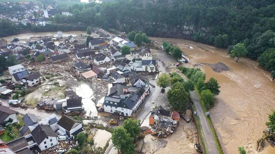 Die mit einer Drohne gefertigte Aufnahme zeigt die Verwüstungen die das Hochwasser der Ahr in dem Eifel-Ort angerichtet hat. In Schuld bei Adenau waren den Angaben zufolge in der Nacht zum Donnerstag sechs Häuser eingestürzt. Derzeit würden dort knapp 70 Menschen vermisst. Unwetter in Rheinland-Pfalz