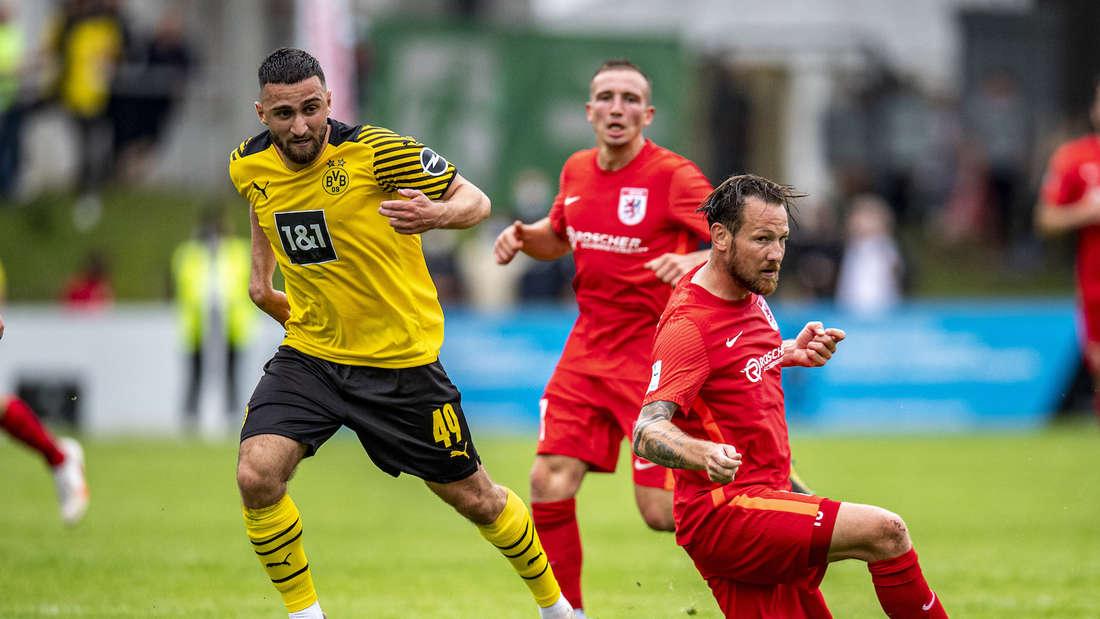 Michael Fink (r.) beim Testspiel FC Gießen gegen Borussia Dortmund.