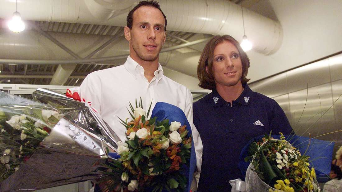 Ekaterini Thanou und Konstantinos Kenteris (beide Griechenland) werden bei ihrer Rückkehr von der Europameisterschaft am Flughafen mit Blumen empfangen .