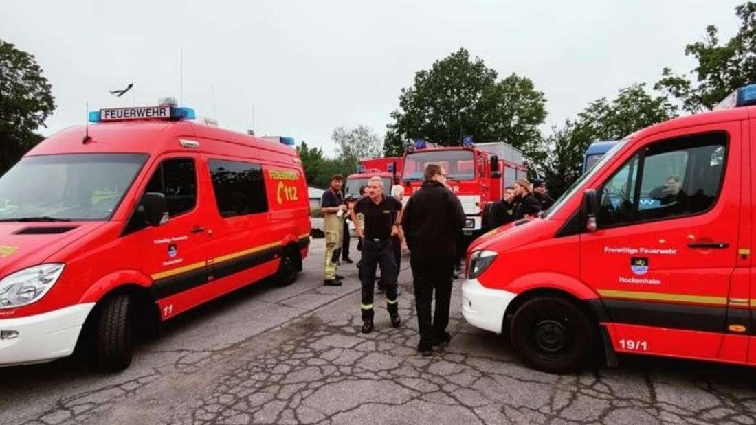 Angehörige der Freiwilligen Feuerwehr Hockenheim vor ihrem Aufbruch zum Hilfseinsatz in Rheinland-Pfalz.