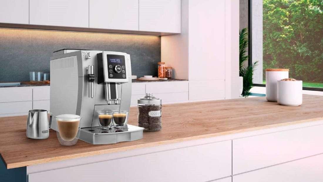 De'Longhi Kaffeevollautomat steht auf einem Tresen in der Küche.