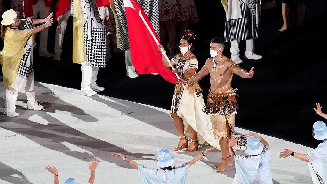 Eingeölt in Tokio: Pita Taufatofua trägt die Flagge Tongas bei der Eröffnungsfeier der Olympischen Spiele 2021.