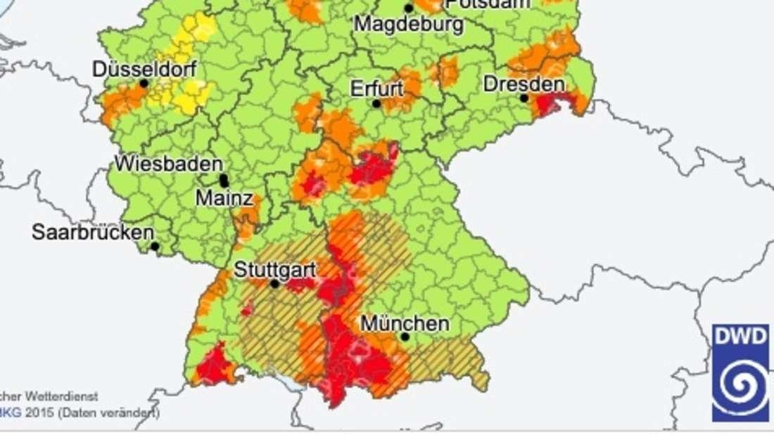 Eine Wetterkarte des Deutschen Wetterdiensts warnt vor schweren Unwettern in Süddeutschland.