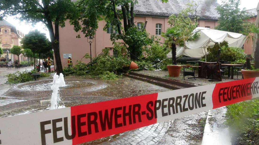Eine Absperrung der Polizei um den Schlossplatz in Rastatt, wo während eines Gewitters ein Baum umgestürzt war.