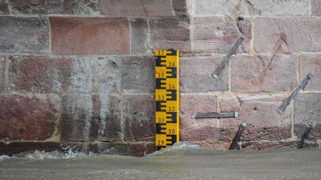 Ein Pegel zeigt Hochwasser an.