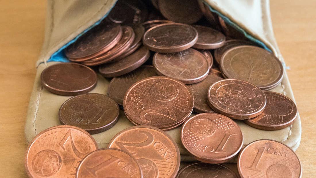 Mehrere 1 und 2 Cent Münzen.