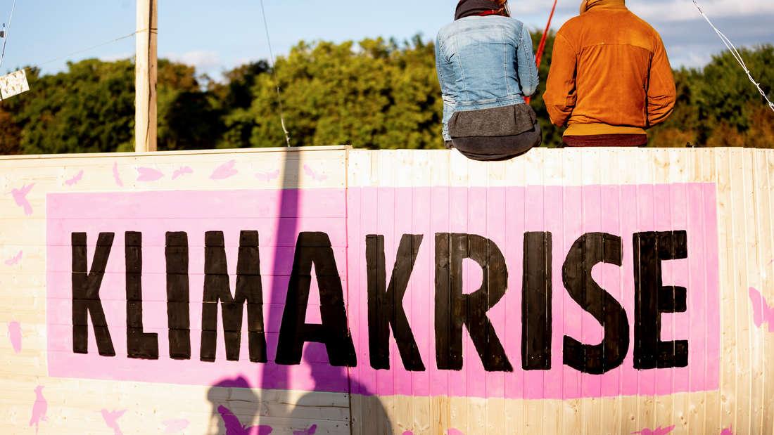 """""""Klimakrise"""" ist bei einer Blockade der Klimabewegung """"Extinction Rebellion"""" zum Auftakt der Aktionswoche """"Berlin blockieren"""" am Großen Stern auf einer Holzarche zu lesen."""