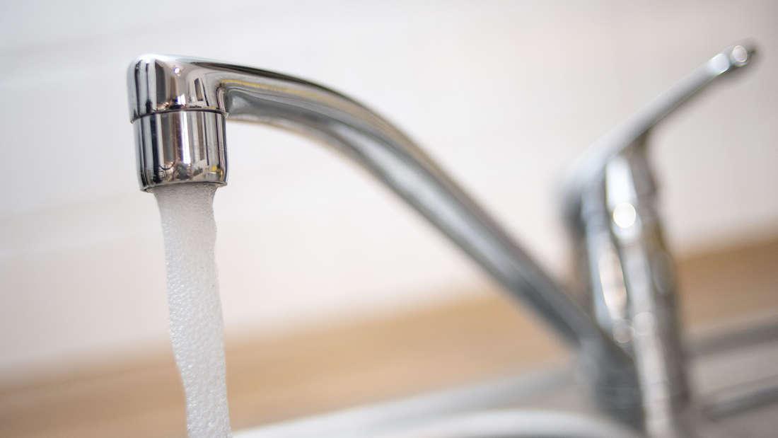 Wasser kommt aus dem Wasserhahn.