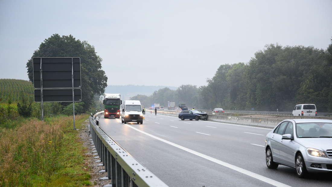 Unfall auf der A6, Auto steht in der Leitplanke