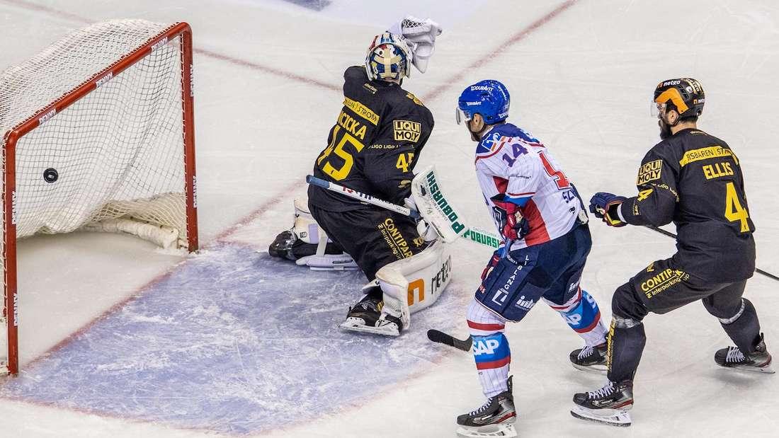 Die Adler Mannheim gewinnen bei den Eisbären Berlin.