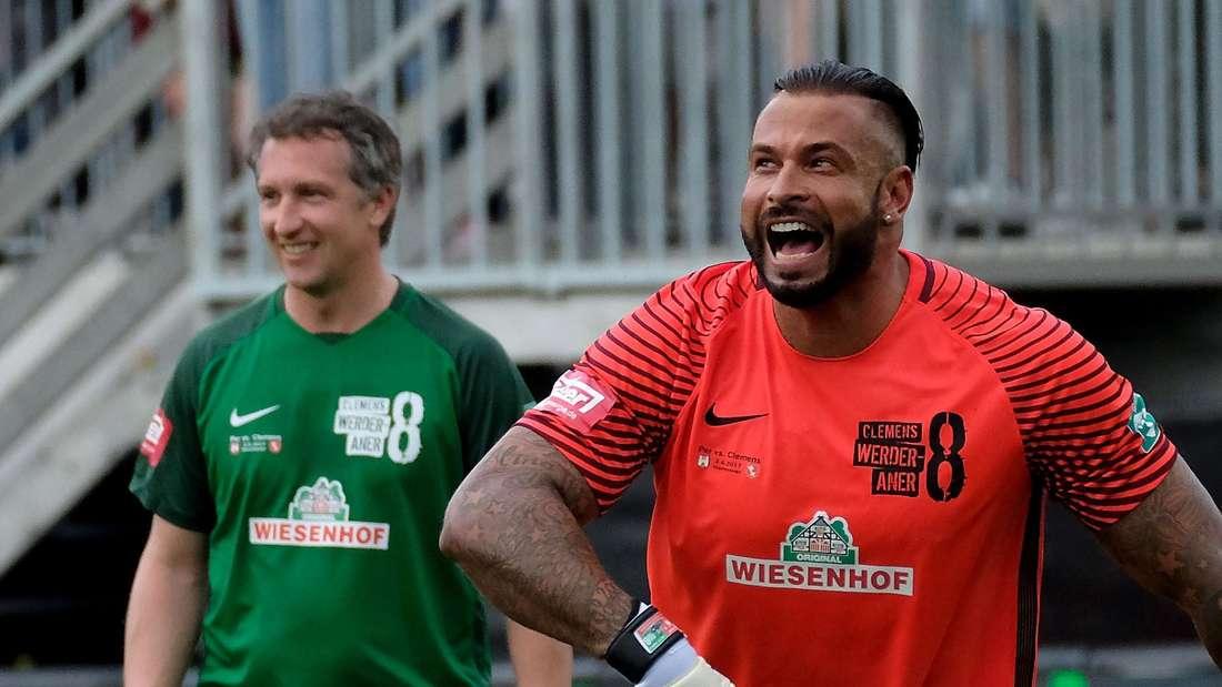 Tim Wiese (r, hier bei einem Benefizspiel) hat einst für den SV Werder Bremen gespielt.