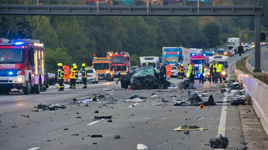 Die Autobahn 5 gleicht nach nach einem Unfall einem Trümmerfeld. Bei dem schweren Verkehrsunfall auf der A 5 bei Friedberg sind der Polizei zufolge mindestens vier Menschen getötet worden. Zudem seien mehrere Menschen verletzt worden, sagte ein Sprecher der Polizei.