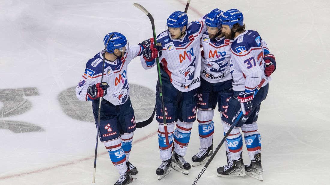 Die Adler Mannheim schlagen die Krefeld Pinguine.