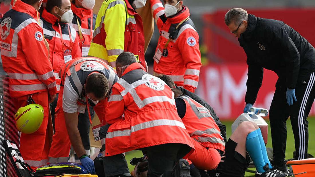 Mediziner versorgen Linienrichterin Helen Byrne, das Spiel ist unterbrochen.