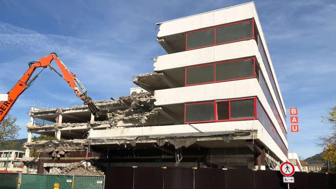Die Abrissarbeiten am Bauhaus-Gebäude sind im vollen Gange (1. Oktober 2021).