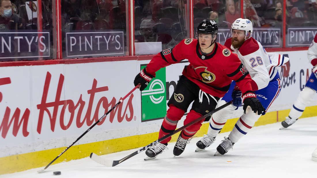 Tim Stützle (vorne) geht in seine zweite NHL-Saison.