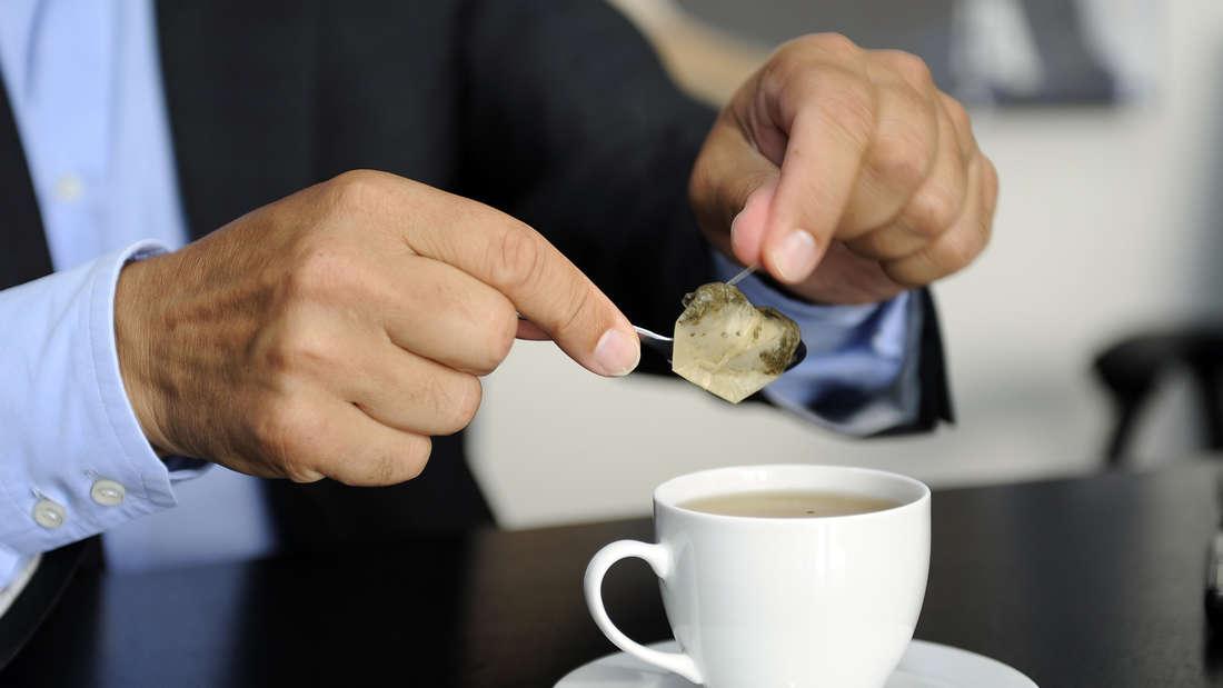 Felix Magath bereitet Tee zu