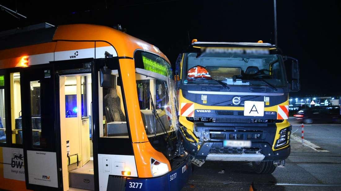 Am Morgen des 11. Oktober kollidiert in Heidelberg ein LKW mit einer Straßenbahn.