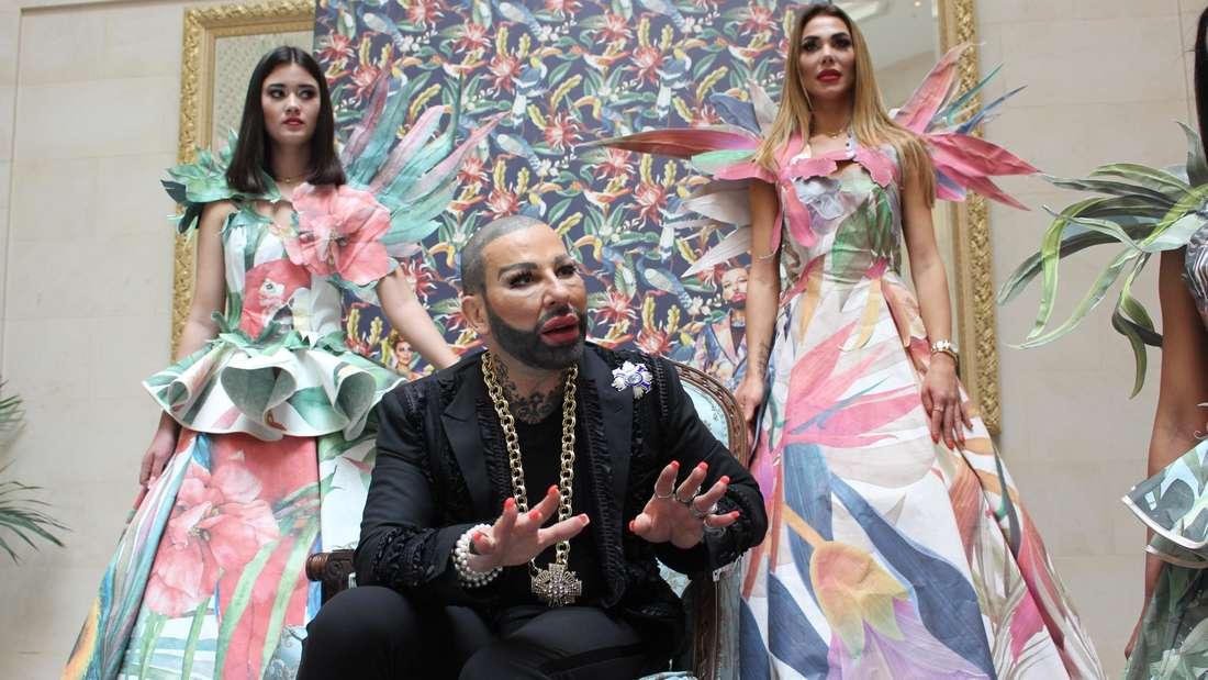 Designer Harald Glööckler (56) hat Models in die von ihm entworfenen Tapeten gehüllt.