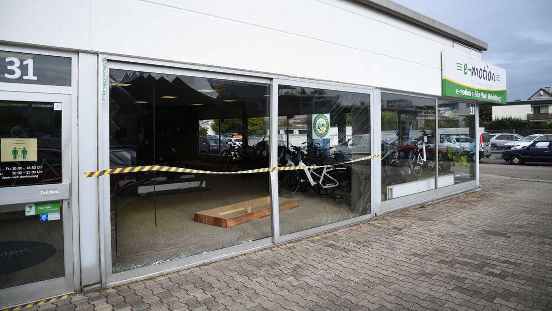 Eingeschlagene Fensterscheibe eines Fahrradgeschäfts