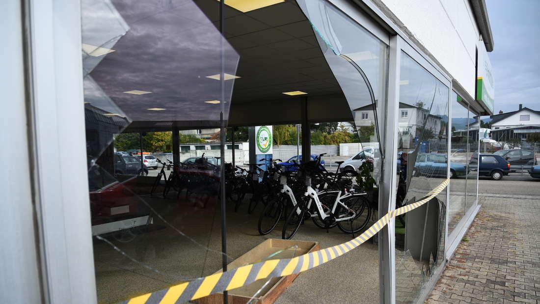Nahaufnahme einer eingeschlagenen Fensterscheibe eines Fahrradgeschäfts